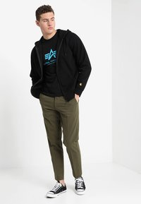 Alpha Industries - BASIC - Triko s potiskem - black/blue - 1