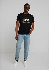 Alpha Industries - BASIC - Camiseta estampada - black - 1