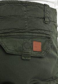 Alpha Industries - CREW PATCH  - Shorts - dark oliv - 4