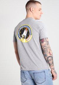 Alpha Industries - 176507 - T-shirt imprimé - grey heather - 2