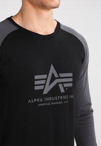 Alpha Industries - Topper langermet - black/grey black - 3