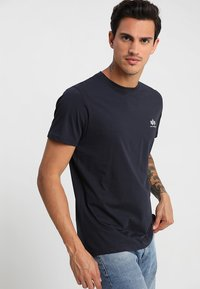 Alpha Industries - T-shirt z nadrukiem - rep blue - 0
