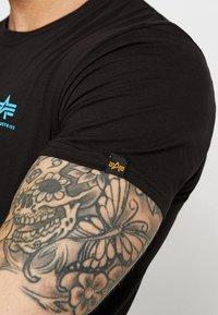 Alpha Industries - T-shirt basic - black/blue - 5