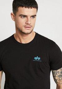 Alpha Industries - T-shirt basic - black/blue - 3