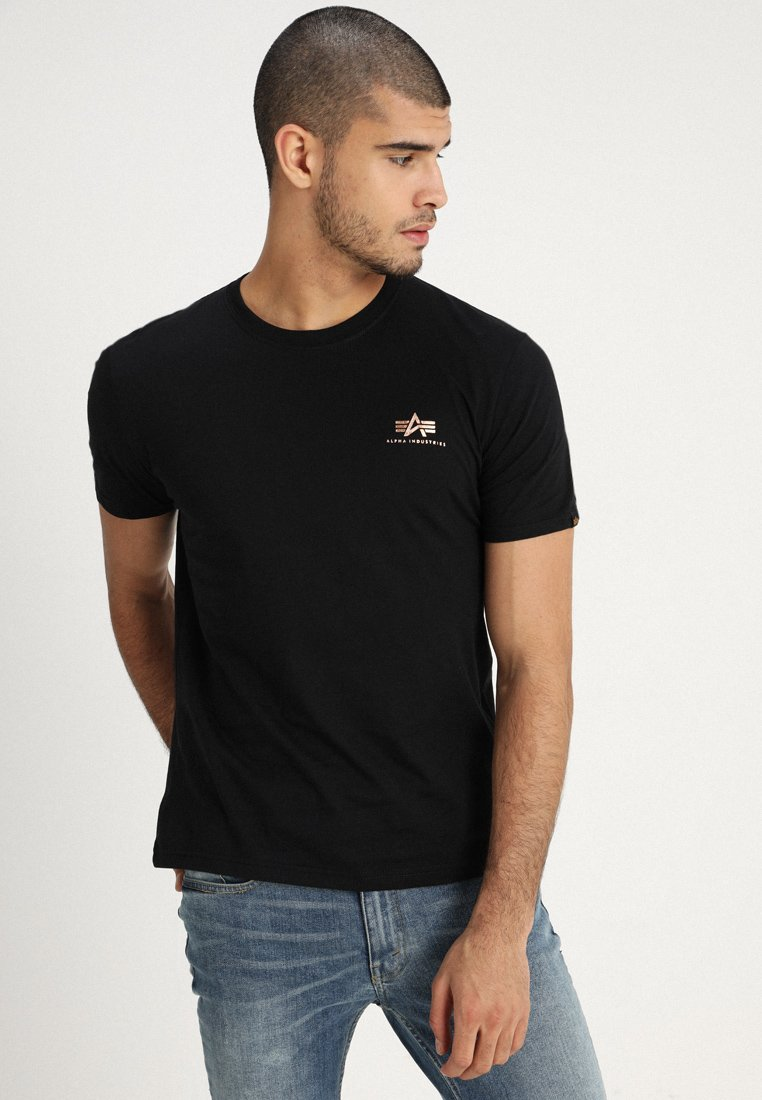 Alpha Industries - BASIC TEE SMALL LOGO - T-shirt con stampa - black/gold
