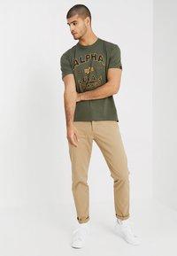 Alpha Industries - T-shirts med print - dark oliv - 1