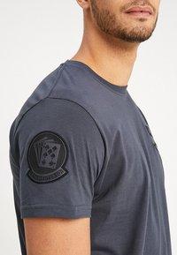 Alpha Industries - AIR CREW - T-shirt imprimé - grey/black - 5