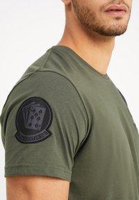 Alpha Industries - AIR CREW - T-shirts print - dark oliv - 5