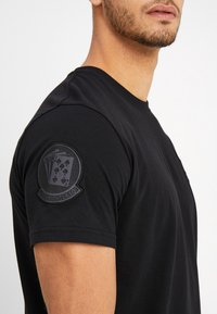 Alpha Industries - AIR CREW - Printtipaita - black - 5