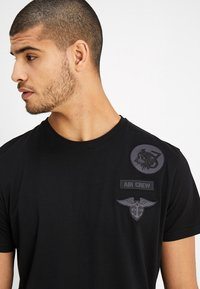 Alpha Industries - AIR CREW - Printtipaita - black - 3