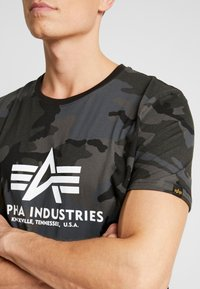 Alpha Industries - T-shirts med print - black - 4