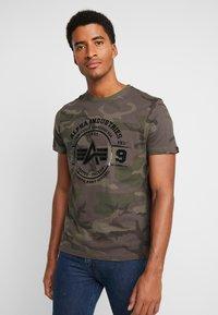 Alpha Industries - T-shirt print - dark olive - 0
