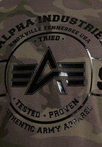 Alpha Industries - T-shirt print - dark olive - 5