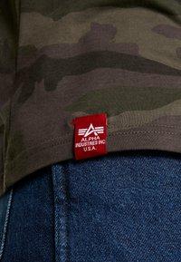 Alpha Industries - T-shirt print - dark olive - 3
