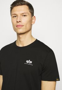 Alpha Industries - Camiseta estampada - black