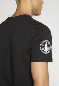 Alpha Industries - Camiseta estampada - black - 3