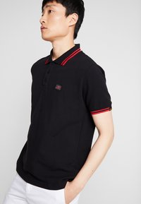Alpha Industries - TWIN STRIPE NEW - Polo - black/red - 3