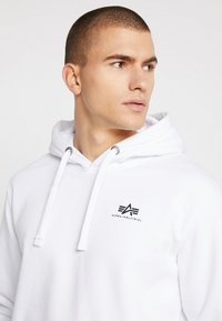 Alpha Industries - BASIC HOODY SMALL LOGO - Luvtröja - white - 3