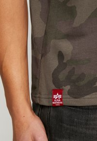 Alpha Industries - Camiseta estampada - dark olive - 4