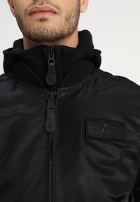 Alpha Industries - TEC BACK PRINT - Bombertakki - black - 7