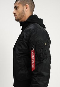 Alpha Industries - TEC BACK PRINT - Bombertakki - black - 4
