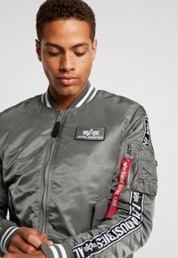 Alpha Industries - TAPE - Giubbotto Bomber - vintage green - 4