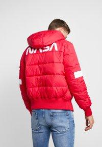 Alpha Industries - HOODED PUFFER NASA - Winterjas - speed red - 2