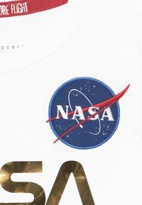 Alpha Industries - NASA KIDS - Print T-shirt - white/gold - 3
