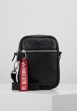 UTILITY BAG - Taška spříčným popruhem - black
