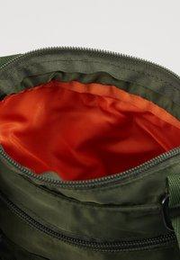 Alpha Industries - CREW MESSENGER BAG - Sac bandoulière - sage green - 5
