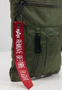 Alpha Industries - CREW MESSENGER BAG - Sac bandoulière - sage green - 2
