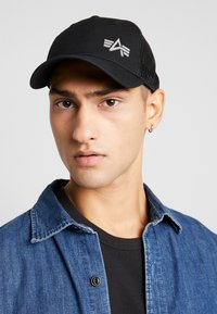 Alpha Industries - TRUCKER SMALL LOGO - Lippalakki - black - 1