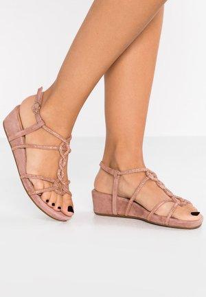 Sandały na platformie - lavanda