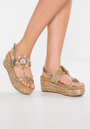 Sandały na platformie - sand