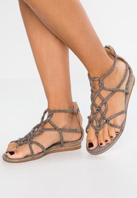 Alma en Pena - T-bar sandals - oporto pewter - 0