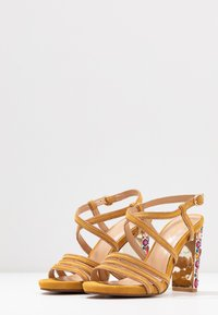 Alma en Pena - High heeled sandals - moustard - 4