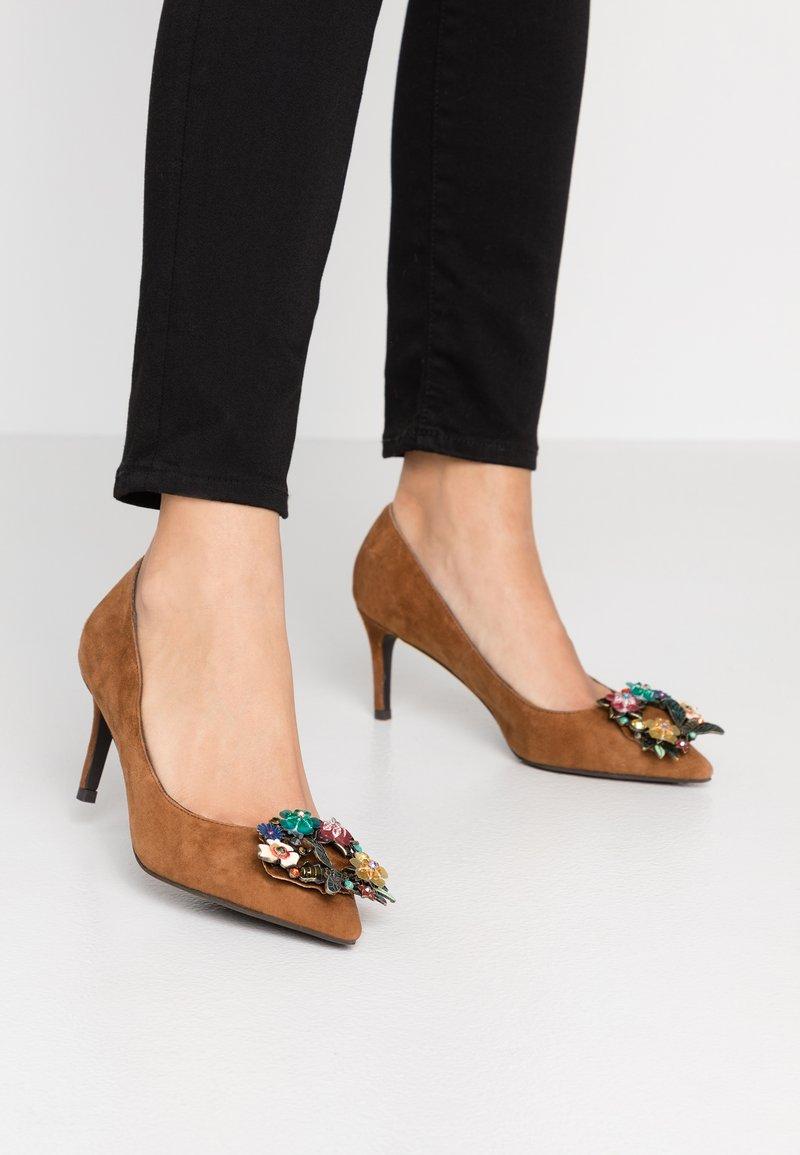 Alma en Pena - Classic heels - camel