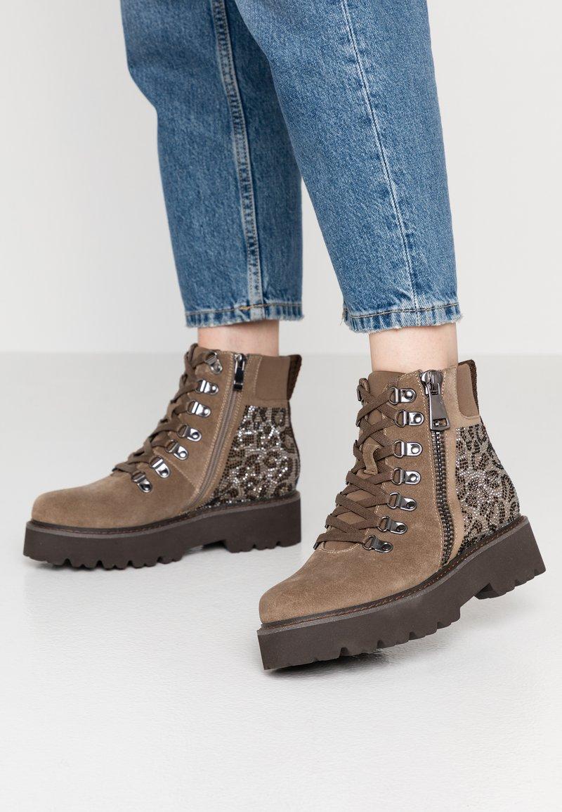 Alma en Pena - Platform ankle boots - taupe