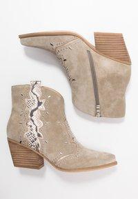Alma en Pena - Cowboy/biker ankle boot - crosta taupe - 3