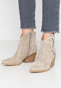 Alma en Pena - Cowboy/biker ankle boot - crosta taupe - 0