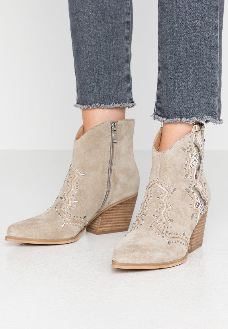 Alma en Pena - Cowboy/biker ankle boot - crosta taupe