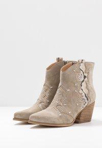 Alma en Pena - Cowboy/biker ankle boot - crosta taupe - 4