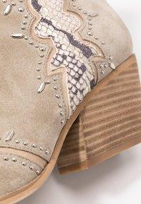 Alma en Pena - Cowboy/biker ankle boot - crosta taupe - 2