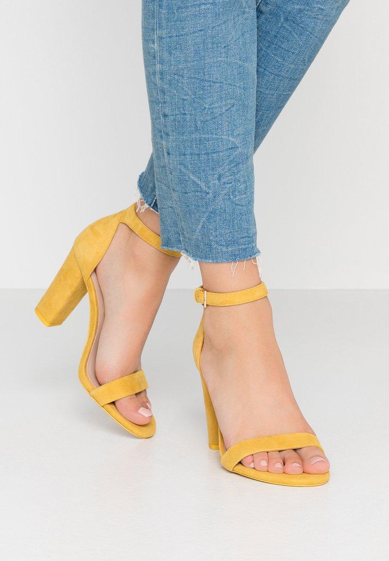 ALDO Wide Fit - WIDE FIT JERAYCLYA - Højhælede sandaletter / Højhælede sandaler - golden yellow