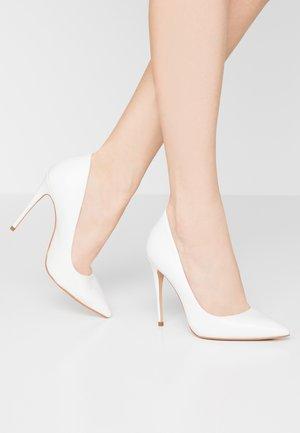 WIDE FIT - Escarpins à talons hauts - bright white