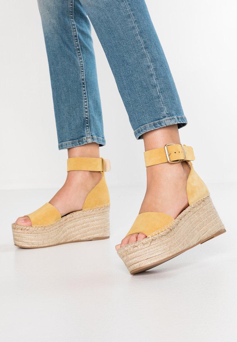 ALOHAS - KARMEN - Sandály na platformě - mustard