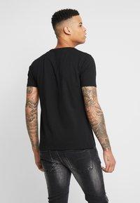 Alessandro Zavetti - GROWLER  - T-shirt print - black/gold - 2