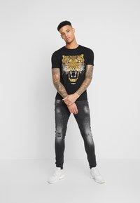 Alessandro Zavetti - GROWLER  - T-shirt print - black/gold - 1