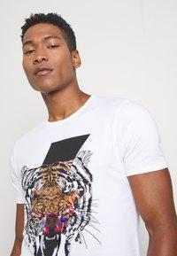 Alessandro Zavetti - GROWLER - T-shirt print - white - 3
