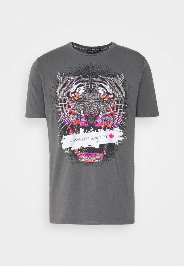 SAVAGE TEE - T-shirts med print - grey